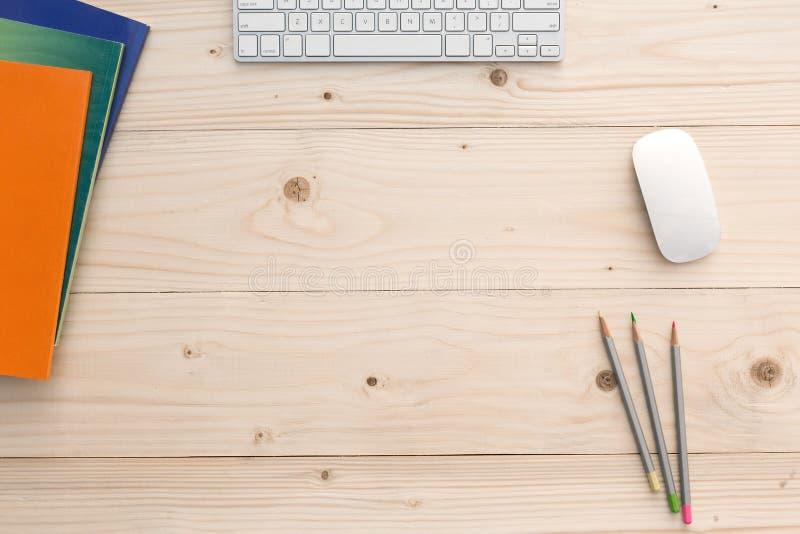 Pracujący miejsce na lekkim Drewnianym biurku z materiały i elektronika obrazy royalty free