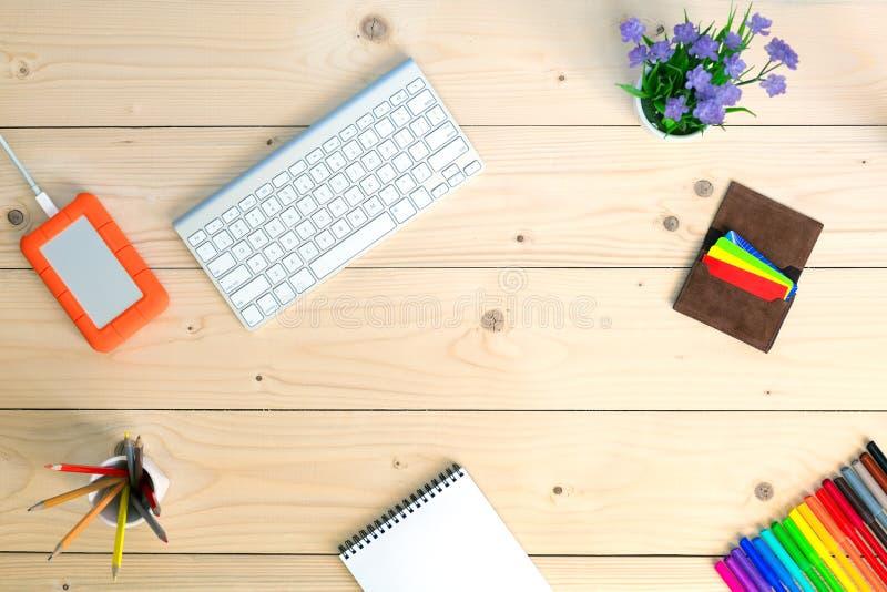 Pracujący miejsce na Wygodnym lekkim drewnianym stole z Notepad fotografia royalty free