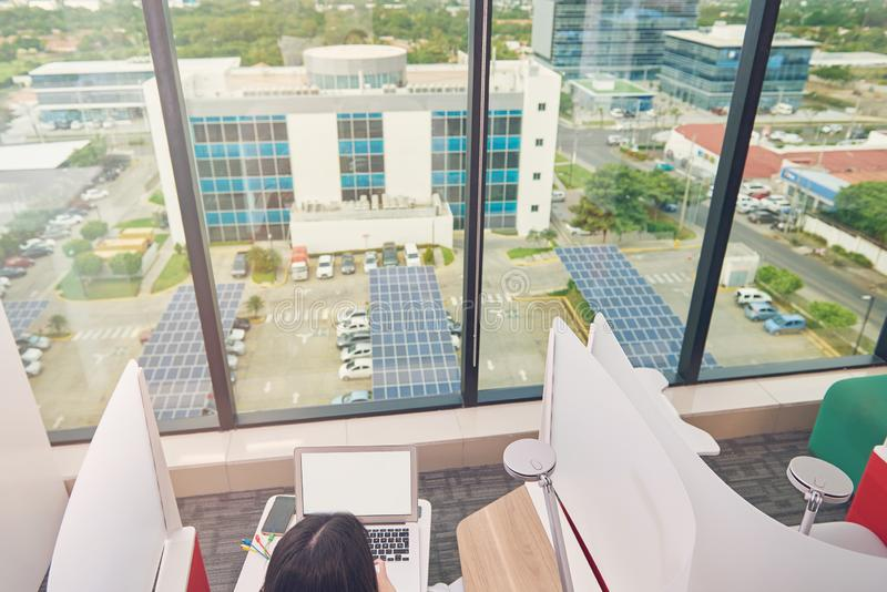 Pracujący miejsce z dużym okno zdjęcia stock