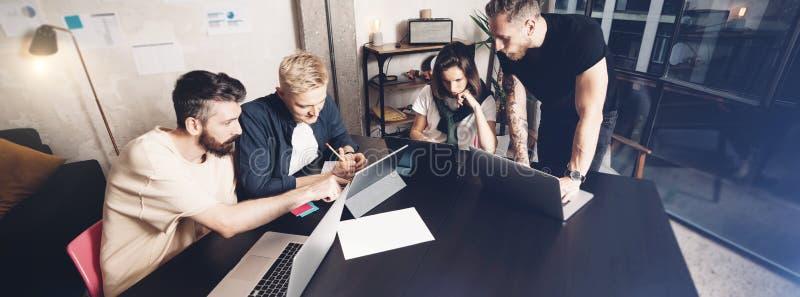 Pracujący momenty Grupa młodzi coworkers ludzie dyskutuje biznes w mądrze przypadkowej odzieży podczas gdy pracujący w kreatywnie fotografia royalty free