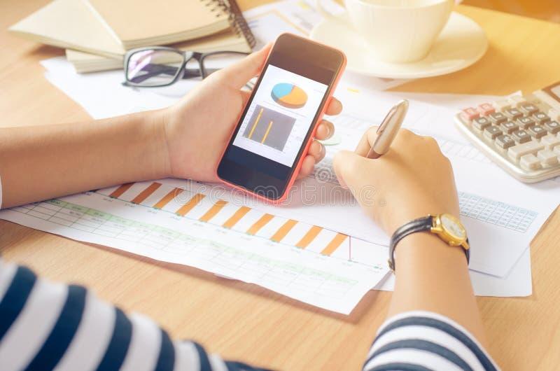 Pracujący na biurku numerycznym na mobilnej analizie, pieniężna księgowość Graphing internet, zdjęcia stock