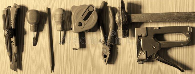 Pracujący narzędzia na drewnianym tle zdjęcie stock