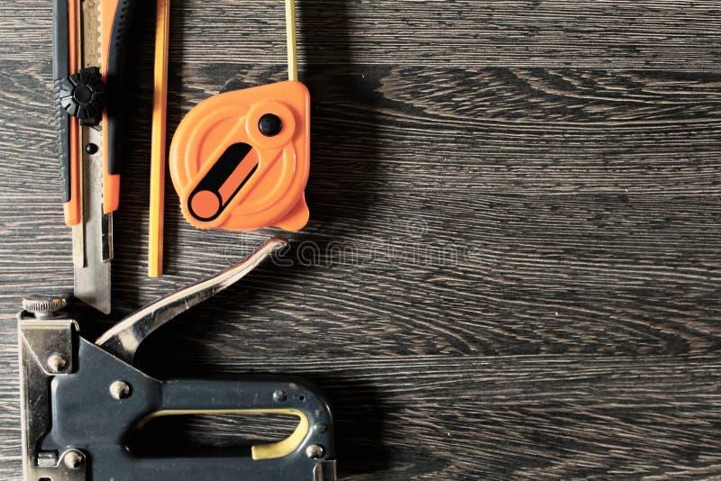 Pracujący narzędzia na drewnianym tle obrazy royalty free