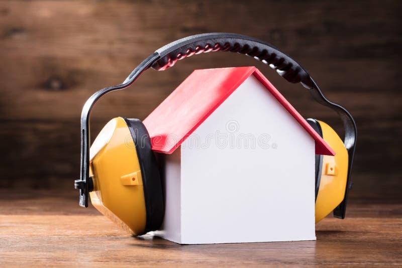 Pracujący Ochronny hełmofon Na Domowym modelu fotografia royalty free