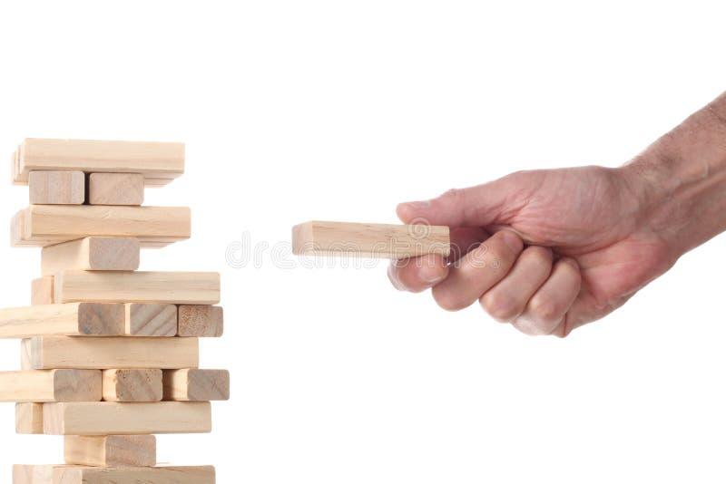 Pracujący pojęcie: mężczyzna ręka ustawia drewnianego blok w wierza robić z drewnianymi blokami z ścinek ścieżką i kopi obraz royalty free