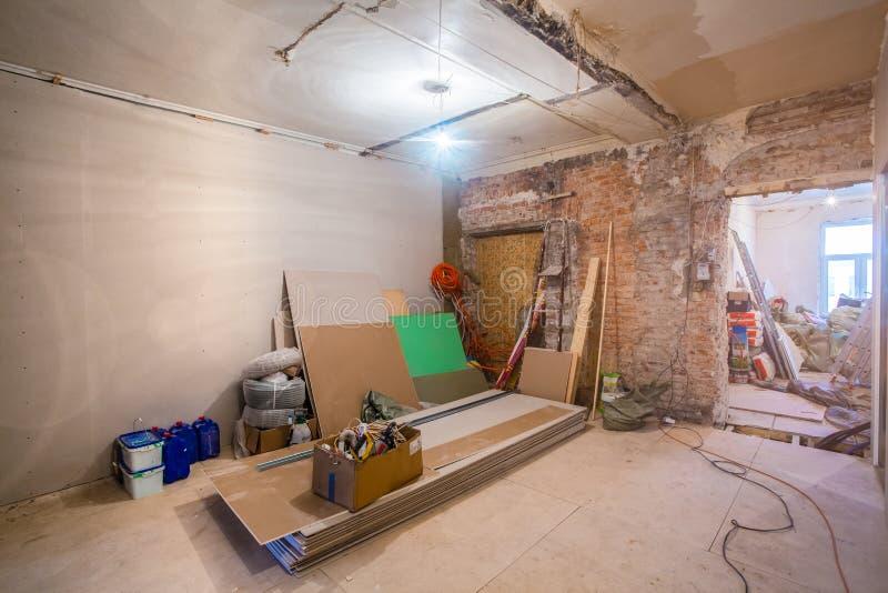 Pracujący proces instalować metal ramy dla plasterboard dla robić gipsowym ścianom w mieszkaniu jest unde - drywall - obraz royalty free