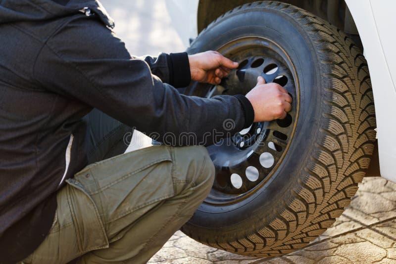 Pracujący proces usuwać koło od samochodu obraz royalty free
