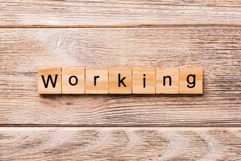 PRACUJĄCY słowo pisać na drewnianym bloku PRACUJĄCY tekst na drewnianym stole dla twój desing, pojęcie zdjęcie stock
