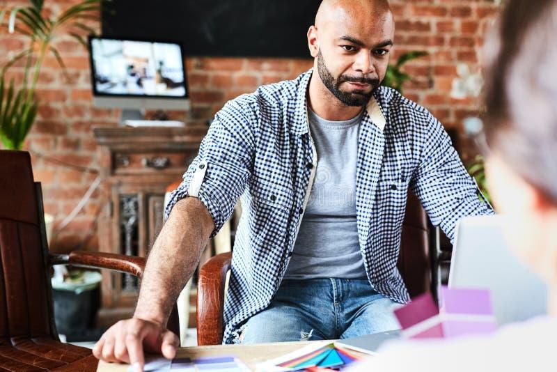 Pracujący spotkanie projektant grafik komputerowych zdjęcia stock