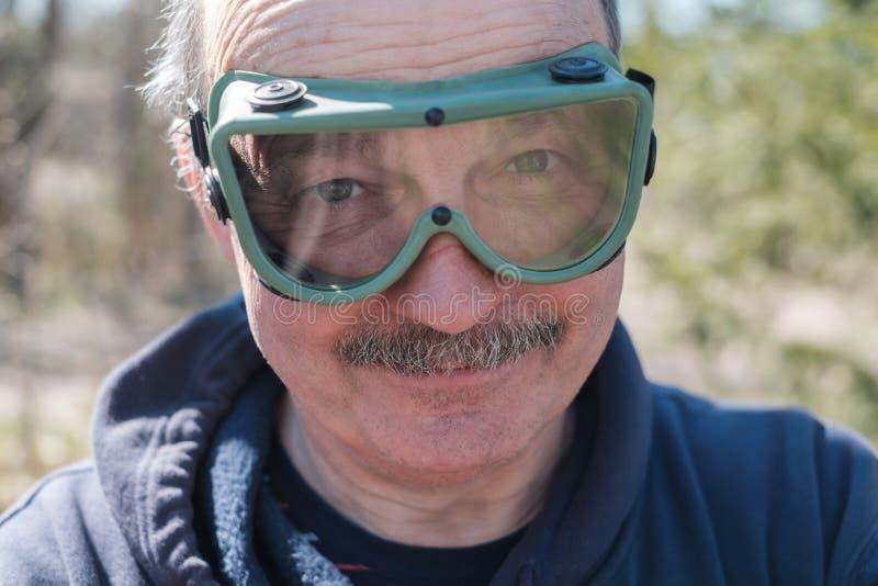 Pracujący starsza osoba mężczyzna z zbawczymi szkłami i wąsy obrazy stock