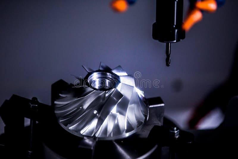Pracujący teren CNC mielenia maszyna z aluminiową turbina obrazy royalty free