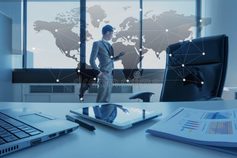 Pracuje biurko biznesmen z laptopem, globalizacja biznes obraz royalty free