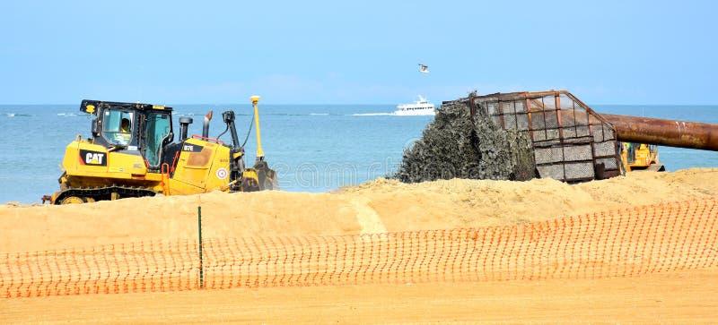Pracuje na projekcie poszerzać plażę, Virginia plaża fotografia stock