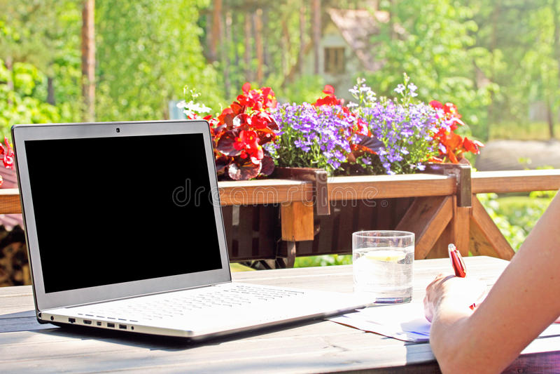 Pracuje od domu, stół z laptopem na tarasie zdjęcie royalty free