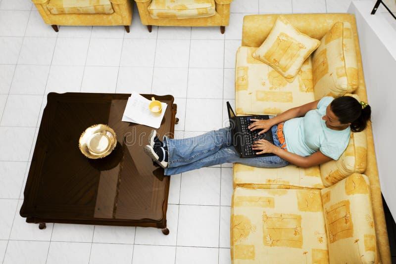 Download Pracuje w domu obraz stock. Obraz złożonej z internety - 1302375