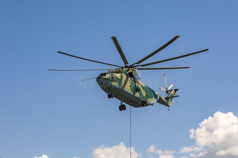 Pracy dalej unoszą się z zewnętrznie udźwigiem i ładunkiem wielki helikopter w światu 26 halo obraz royalty free