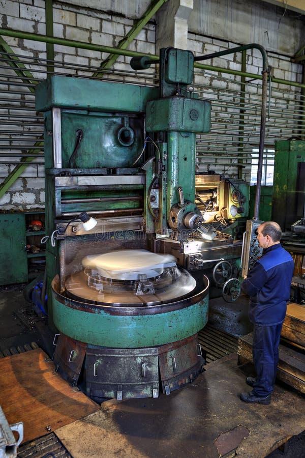Pracy dopatrywania procesu metal pracuje na pionowo kręcenie maszynach obrazy stock