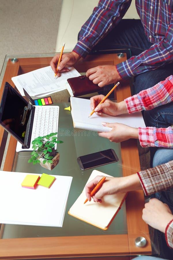 Pracy drużyna projektanci przy kawiarnią zdjęcie stock