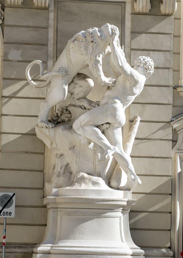 Pracy Hercules statua Reichkanzleitrakt, Hofburg pałac, Wiedeń, Austria fotografia stock