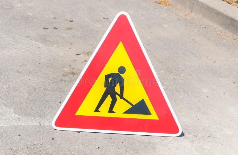 Pracy naprzód ostrzeżenia lub ostrożności ruchu drogowego drogowy znak na ulicie fotografia stock