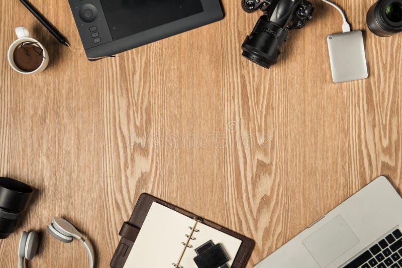 Pracy przestrzeń dla fotografa, projektant grafik komputerowych Mieszkanie nieatutowy lapto zdjęcia stock
