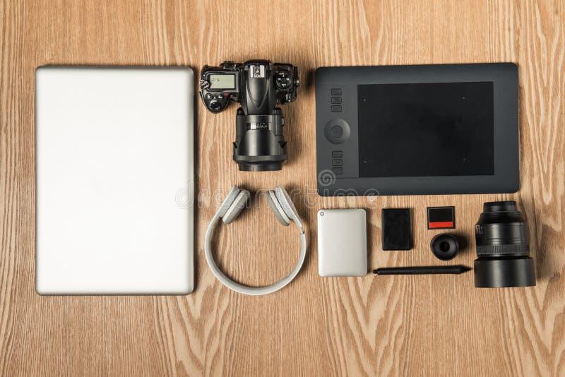 Pracy przestrzeń dla fotografa, projektant grafik komputerowych Mieszkanie nieatutowy lapto zdjęcie royalty free