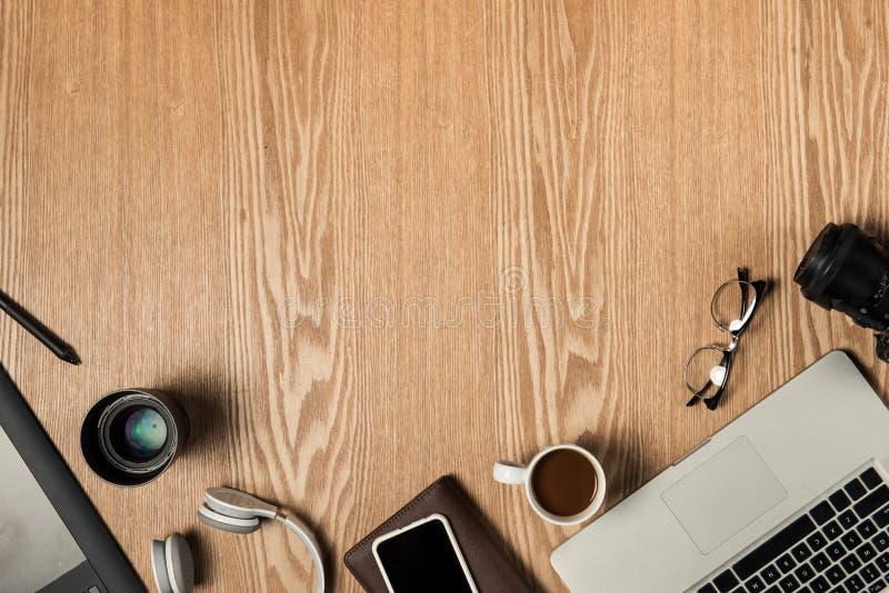 Pracy przestrzeń dla fotografa, projektant grafik komputerowych Mieszkanie nieatutowy lapto obrazy stock