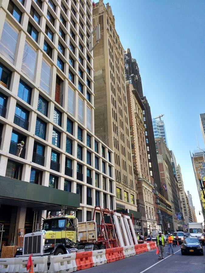Pracy strefa, Dźwigowy Podnośny materiał budowlany Nad Pedestrians, Manhattan, NYC, NY, usa zdjęcie stock
