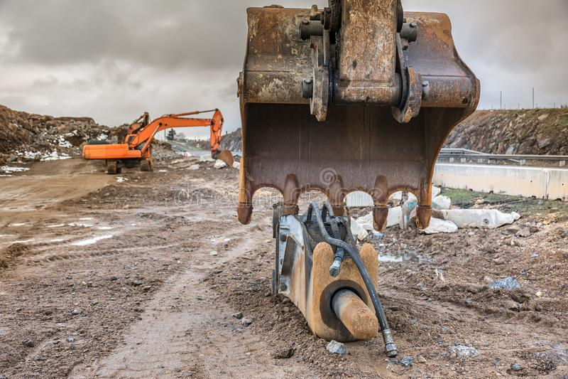 Pracy w budowie drogowy dobycie kamień w ciężkim dniu zimy workDetail łopata i młot ekskawator fotografia royalty free