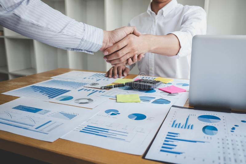 Pracy zespołowej partnerstwa spotkania pojęcie, Biznesowy uścisk dłoni po dyskutować dobrą transakcję handlu kontrakt dla oba fir zdjęcia stock