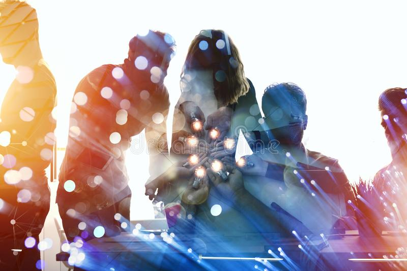 Pracy zespołowej i brainstorming pojęcie z biznesmenami które dzielą pomysł z lampą Pojęcie rozpoczęcie fotografia royalty free