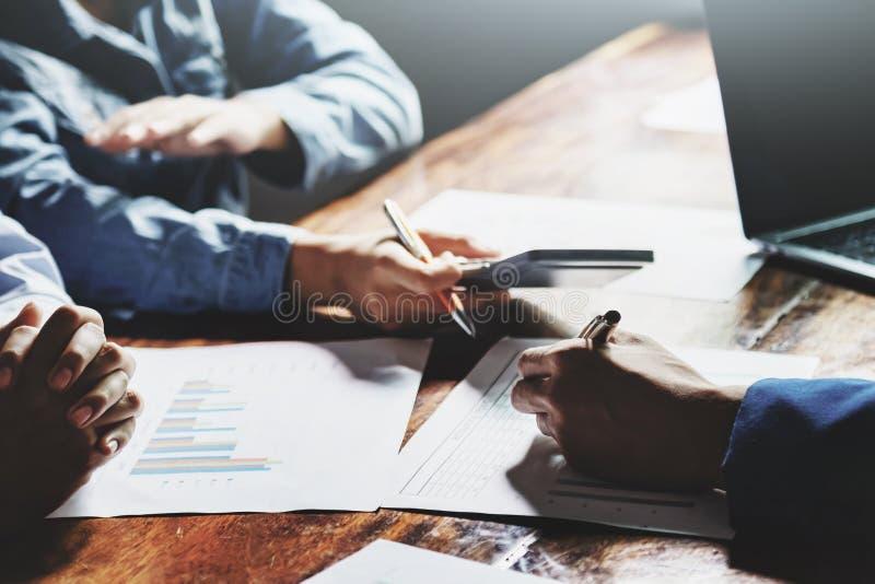 pracy zespołowej księgowości biznesowy pojęcie pieniężny w biurowej kobiecie używa kalkulatora z laptopem obrazy royalty free