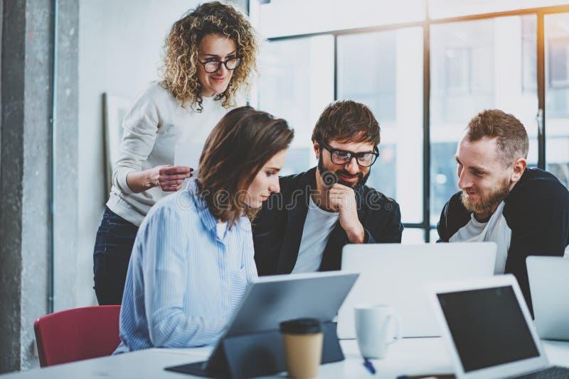 Pracy zespołowej pojęcie Młodzi kreatywnie coworkers pracuje z nowym początkowym projektem w nowożytnym biurze grupowi ludzie trz zdjęcie stock