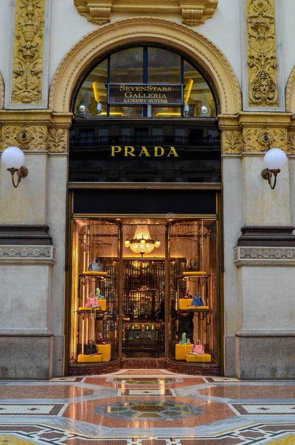 Prada-boutique in Milaan, Italië stock afbeeldingen