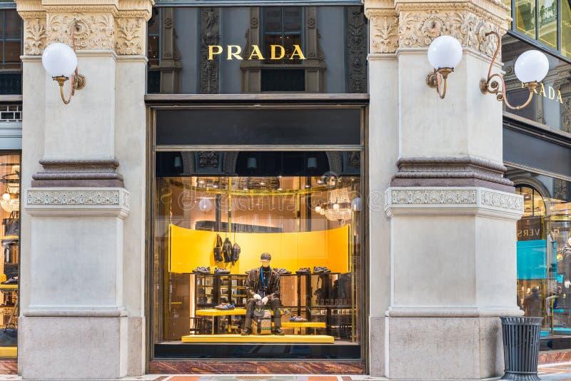 Prada compra na galeria Vittorio Emanuele II Piazza Duomo no centro de Milão, Itália imagem de stock