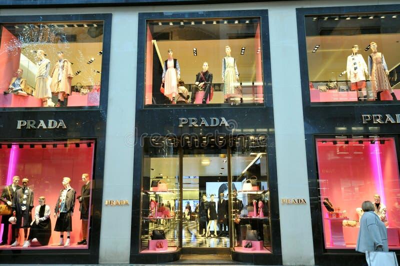 Prada fashion boutique em Londres, Inglaterra fotos de stock