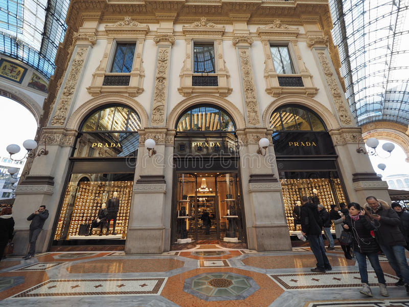 Prada-opslag in Galleria Vittorio Emanuele II arcade in Milaan stock afbeelding