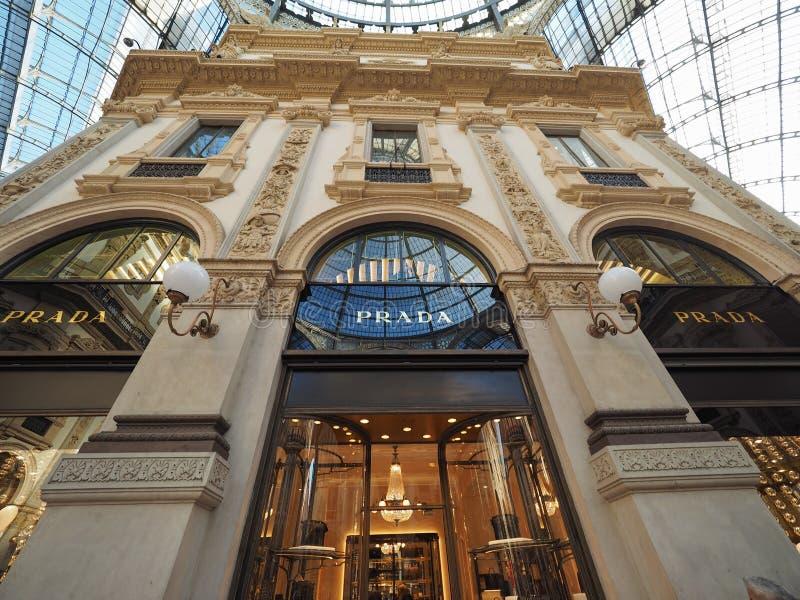 Prada-opslag in Galleria Vittorio Emanuele II arcade in Milaan royalty-vrije stock foto's
