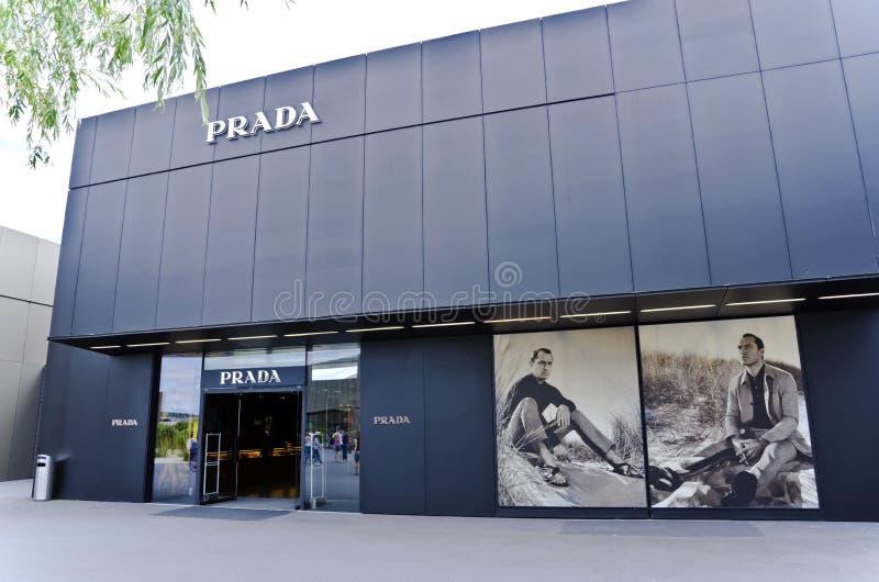 Prada-Opslag in Metzingen, Duitsland royalty-vrije stock afbeeldingen