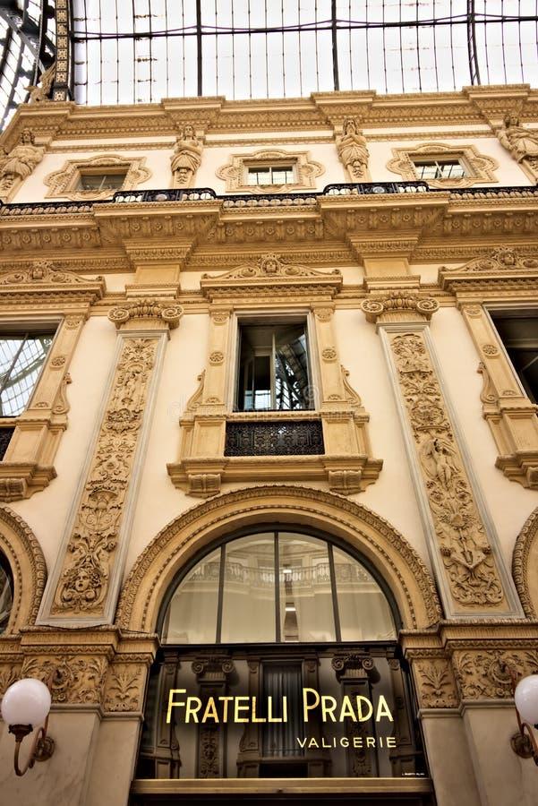 Prada shoppar på galleriaen Vittorio Emanuele II i Milan royaltyfria bilder
