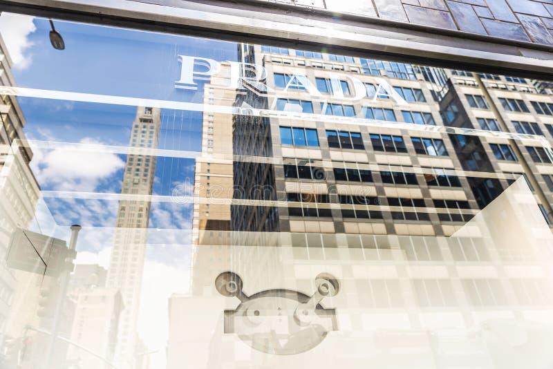 Prada-winkel in het warenhuis van Bloomingdale in de Stad van New York, de V.S. stock foto's