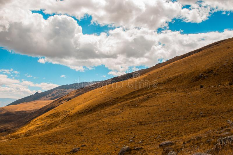 Pradera verde con un cielo nublado hermoso Paisaje de la montaña imagenes de archivo