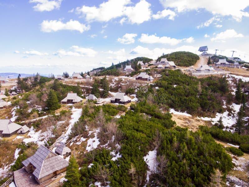 Prado alpino de Velika Planina, foto aérea da natureza bonita em um dia ensolarado fotografia de stock