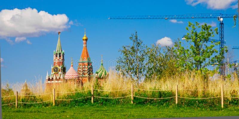 Prado calmo no fundo do Kremlin de Moscou e de um co foto de stock royalty free