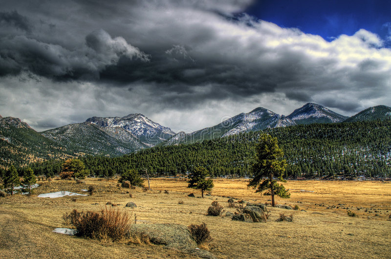 Prado da montanha em HDR imagens de stock