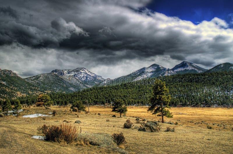 Prado de la montaña en HDR imagenes de archivo