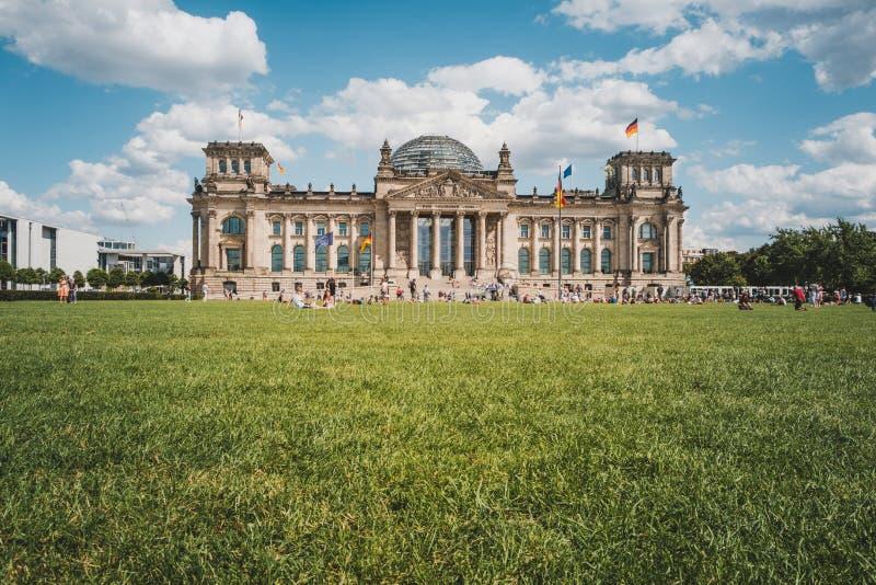 Prado na frente do Reichstag que constrói o Bundestag alemão em Berlim, Alemanha imagens de stock