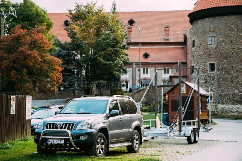 Prado Serie 120 för Toyota landkryssare bil av Grey Metallic With Trailer Parked i gata arkivbilder