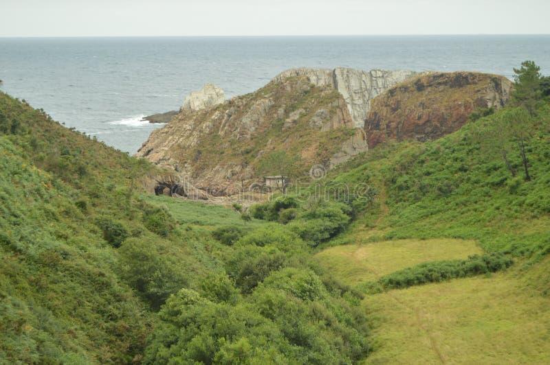 Prado verde hermoso antes de que usted llegue la playa del silencio fotografía de archivo