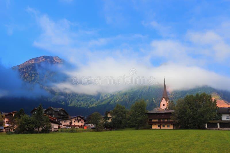 Prados alpinos da montanha encantador foto de stock